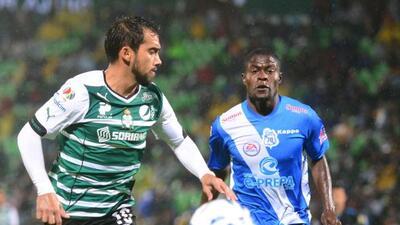 El zaguero de Santos Laguna salió en apoyo y defensa del número de extra...