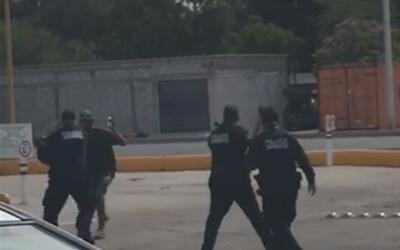 Con un machete, un sujeto amenazó a clientes de una gasolinera en México