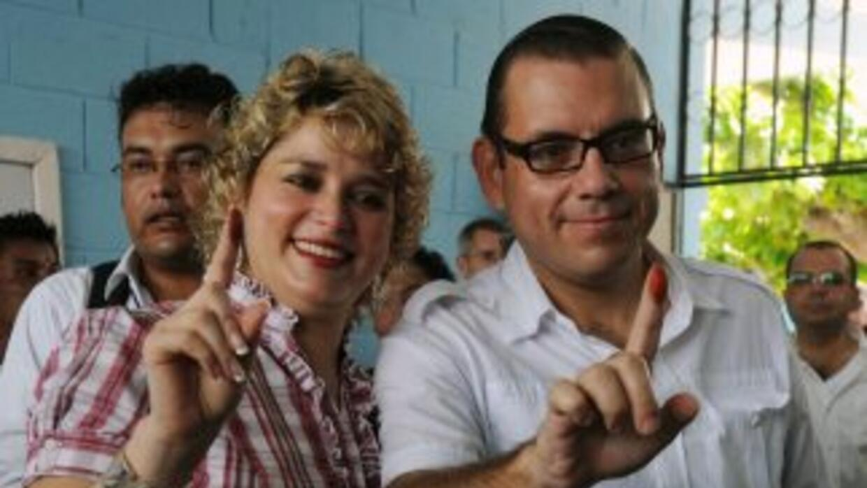 El candidato a la presidencia de Guatemala, Manuel Baldizón, acompañado...