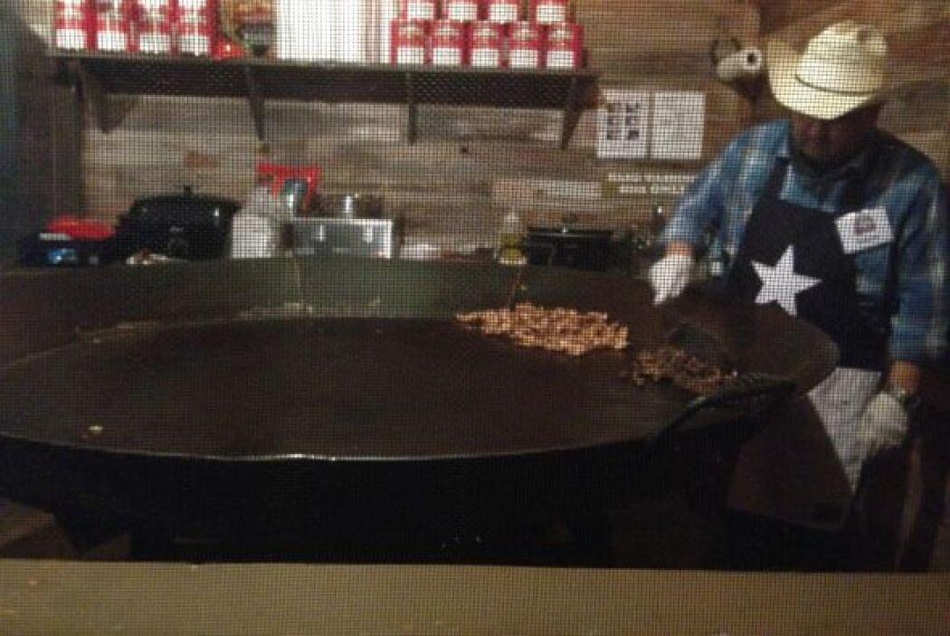 En este sartén gigante se cocinan deliciosos platillos típicos de Texas.