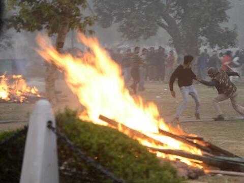 Una protesta en India en rechazo a la violación en grupo de una j...