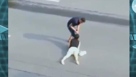 Hombre propina golpiza a mujer mientras espectadores se quedan de manos...