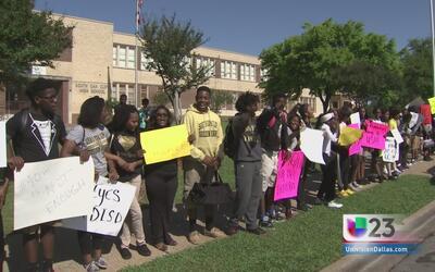 Alumnos en Oak Cliff piden nueva escuela