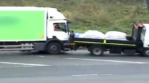 En video: un conductor agrede con una pala y estrella su auto contra otr...