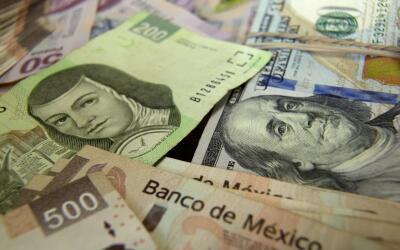 Pesos y dólares mexicanos.