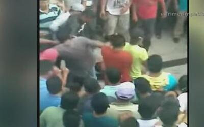 Pobladores arrastran a un delincuente por las calles e intentan quemarlo...