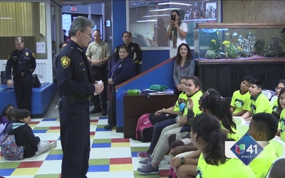 Niños aprenden a ser mejores de mano de la policía