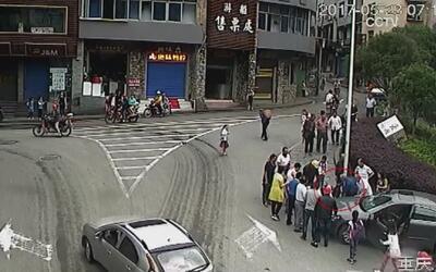Niño estaba jugando en la acera cuando un auto le pasó por encima en China
