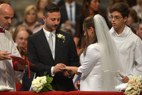 Los novios se mostraron muy atentos a las palabras del pontífice.