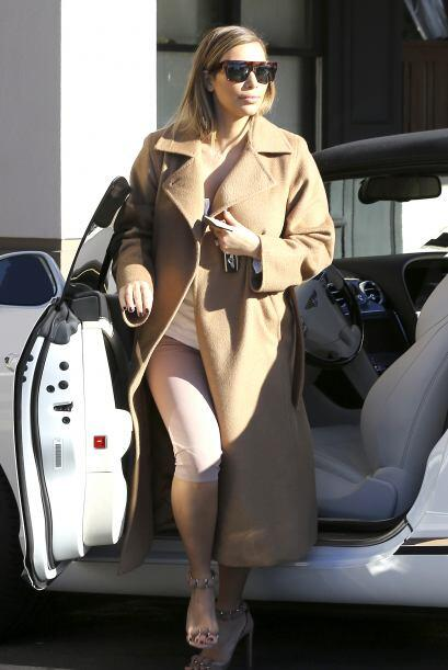 Kim Kardashian se quiere tapar, pero queda en el intento, porque su abri...