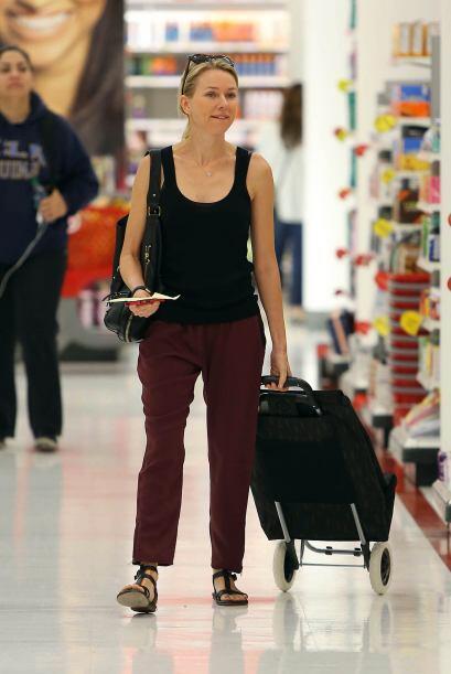 Naomi Watts se fue al súper con todo y carrito para las verduras....