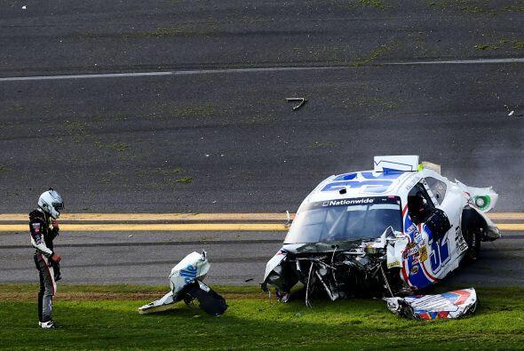 El auto de Larson se detuvo de esta manera. El piloto salió por su propi...