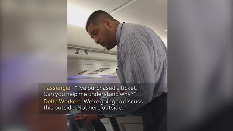Delta retira a un pasajero por usar al baño a la hora de despegar