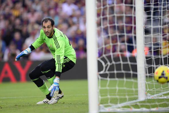 Diego López la vio pasar frenta a sus piernas sin poder pararla.