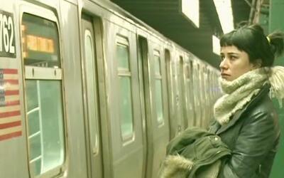 Mujer chilena busca a su amor perdido en el metro de NY