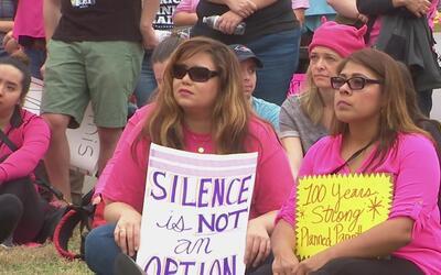 Mujeres protestan por fondos para Planned Parenthood
