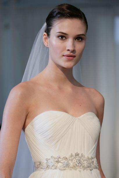 Si eliges un vestido con aplicaciones te recordamos no abusar de los acc...
