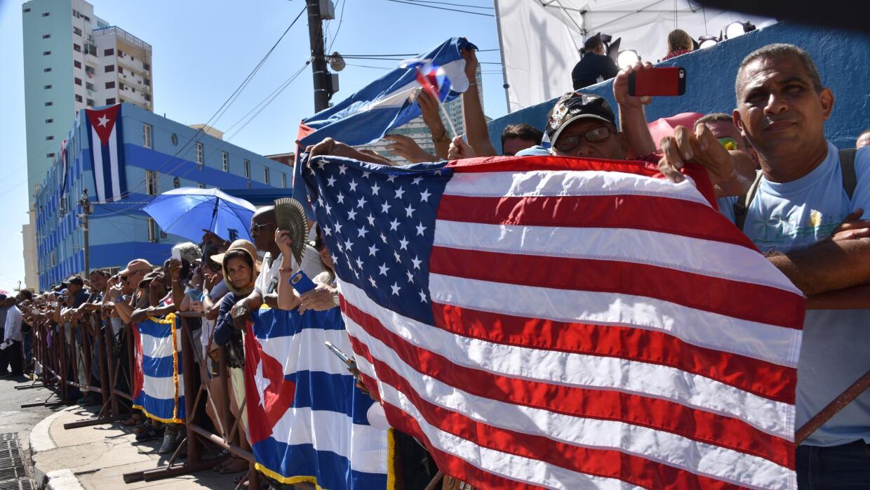 Cubanos a las afueras de la embajada americana en La Habana