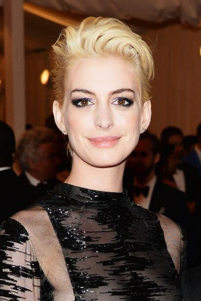 ¡Ay nanita con Anne Hathaway! Si puede competir con Batman, seguro puede...