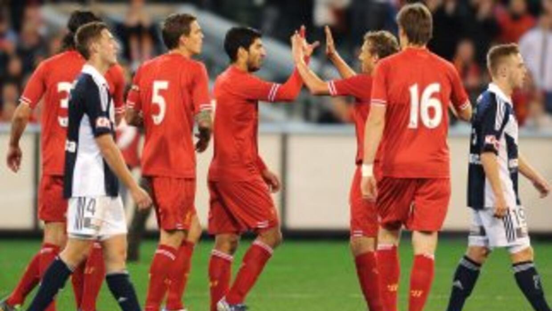 El uruguayo Suárez volvió a jugar con los 'Reds' y puso un pase de gol p...