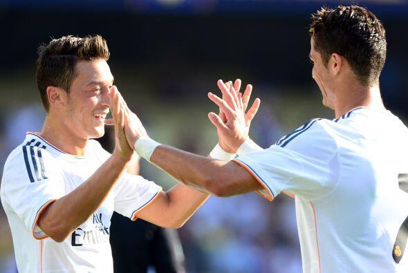 El astro Cristiano Ronaldo anotó un gol y dio el pase para otra anotació...