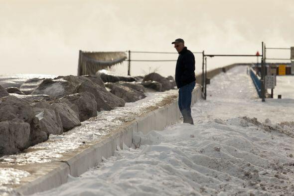 Un hombre desafía el frío y pasea por la orilla del lago M...