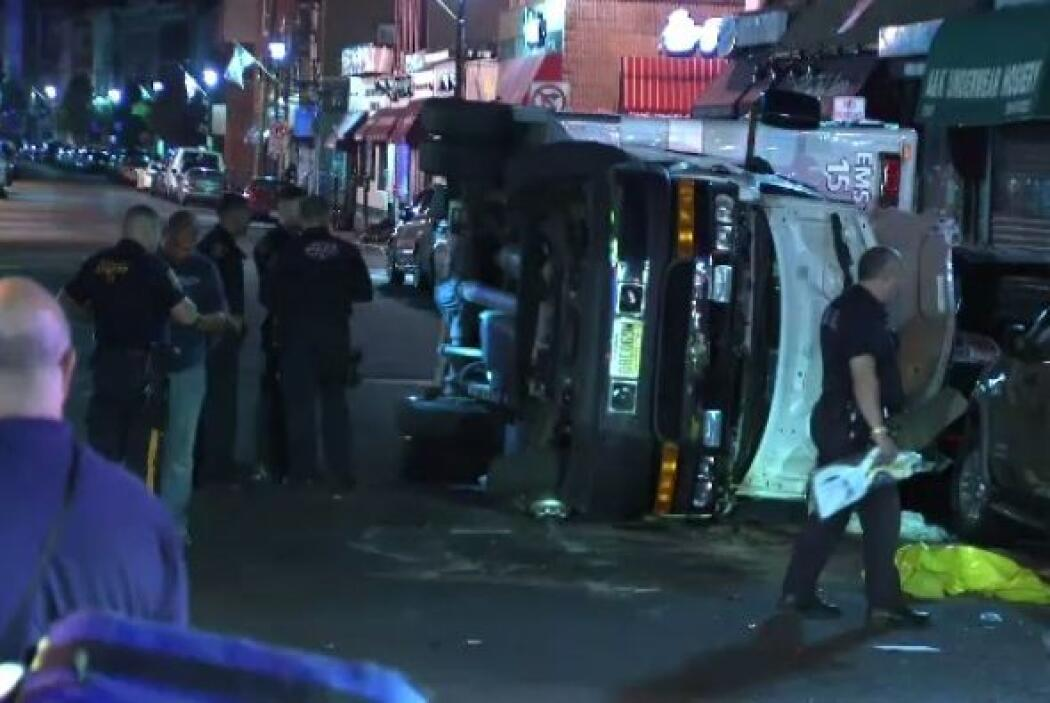 Una ambulancia se volcó la madrugada del lunes en Union City provocando...