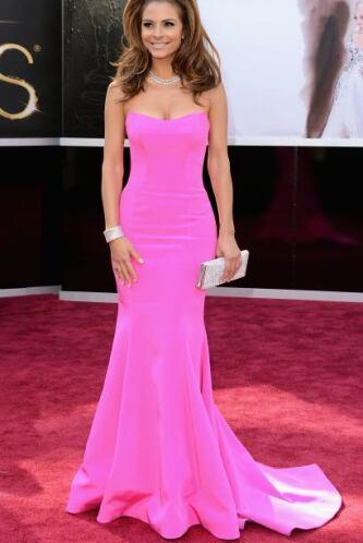 Maria Menounos fue una de las más hot de la noche con este vestido fucsia.