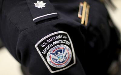 Un agente de la Oficina de Aduanas y Control Fronterizo (CBP).
