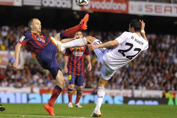 El partido comenzó con el Real MAdrid controlando el balón...