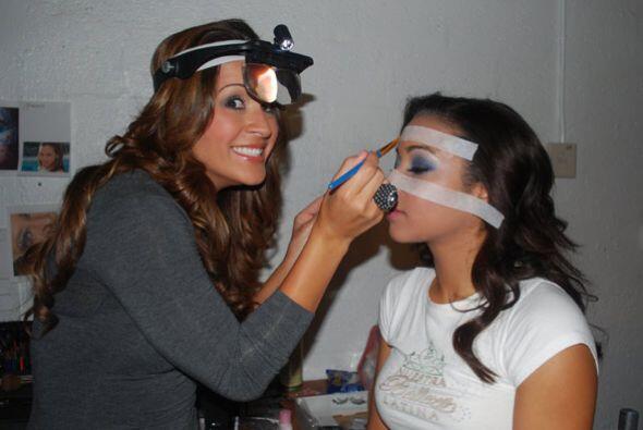 Melissa quiso probarse como maquillista.