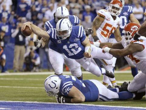 "1. Suerte se dice ""Luck"": El quarterback de los Colts Andrew Luck se lan..."