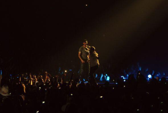 Enrique invitó a un fan al escenario.
