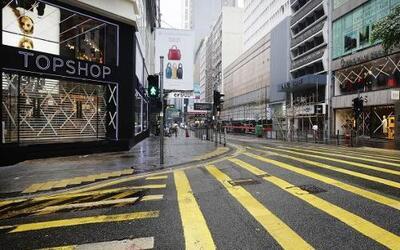 En la calle Queens Road del distrito financiero de Hong Kong, los negoci...