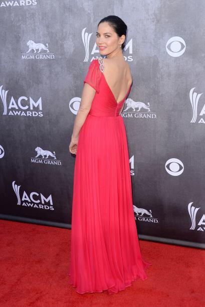 Muy 'ad hoc' con la alfombra llegó Olivia Munn con este sexy y va...
