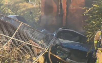 Dos muertos y dos heridos deja choque de autos contra un poste eléctrico...
