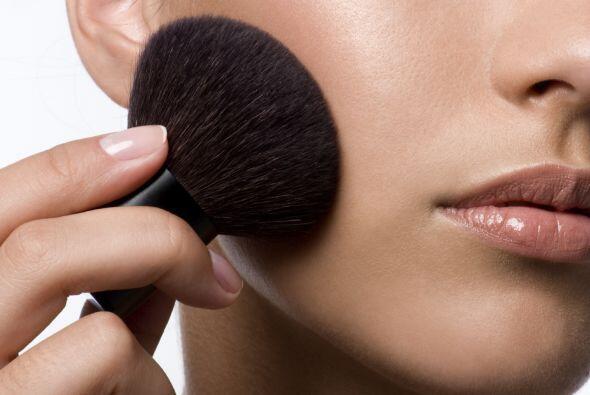 5. Maquillaje. Los pinceles y el maquillaje en sí pueden acumular bacter...