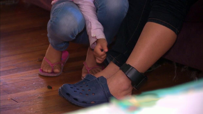 Hija ventila el grillete electrónico a su madre para que no lastime tant...