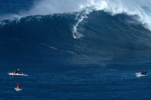 El volumen y velocidad de las olas puede sumergir al atleta hasta diez m...