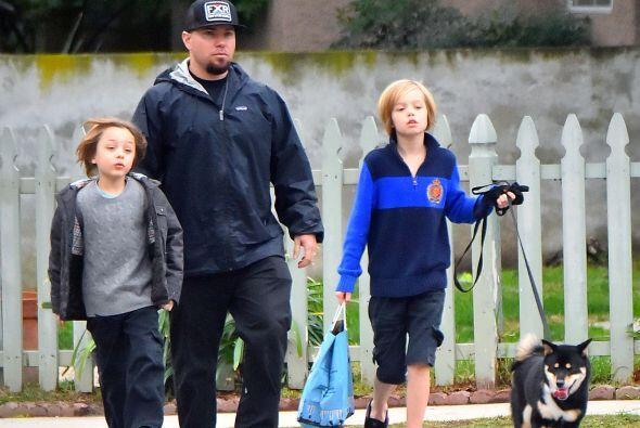 Shiloh y su hermanito Knox fueron a pasear a su perro y a comprarle comi...