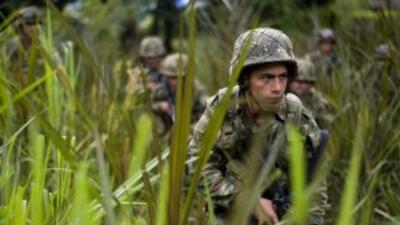 Por aire y tierra el ejército colombiano busca al periodista francés Rom...