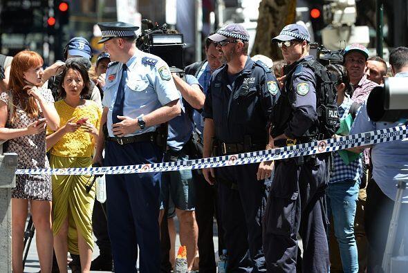 Los agentes policíacos le daban instrucciones a la ciudadanía sobre cómo...