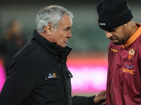 Adriano junto al técnico de la Roma Claudio Ranieri, las cosas no...