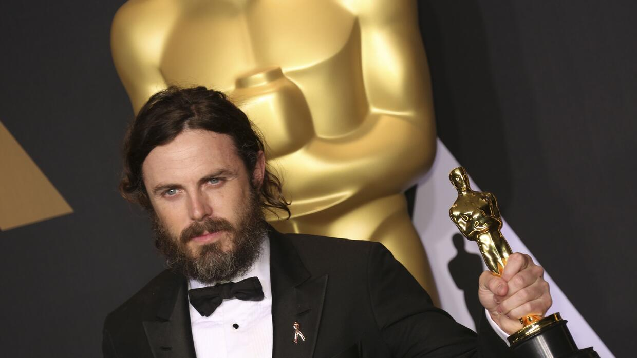 Casey Affleck con su Oscar a Mejor actor por Manchester By The Sea.