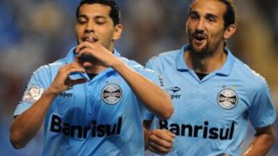 André Santos y Hernán Barcos festejan el triunfo del Gremio sobre Flumin...