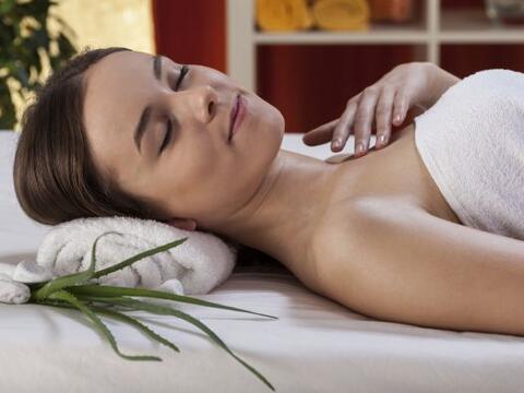 Sugiere aplicarlo por la mañana sobre la piel para disfrutar de u...