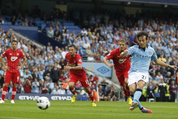 Poco después, un penalti a favor del City fue cobrado por  David Silva,...
