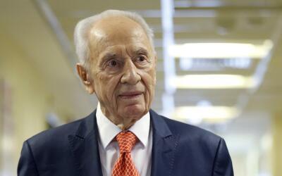 El expresidente israelí Shimon Peres al salir de un hospital cerc...