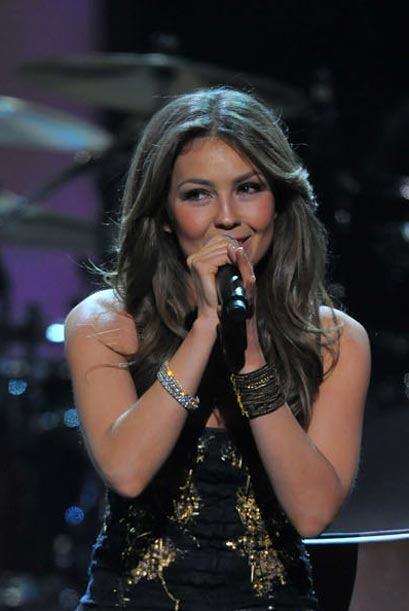 Con poco maquillaje y el cabello al natural, la guapa cantante vistió un...
