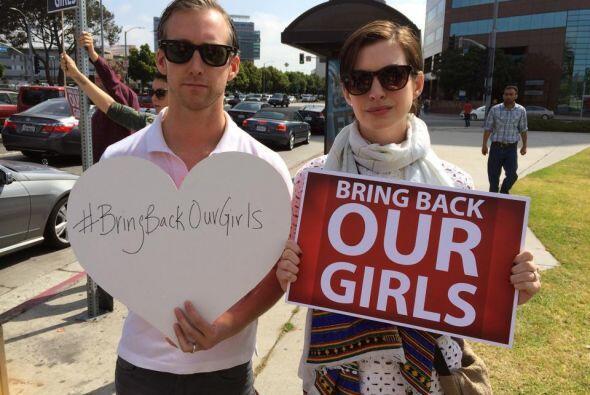 Siguiendo con los famosos, Anne Hathaway y su pareja apoyaron la causa.M...